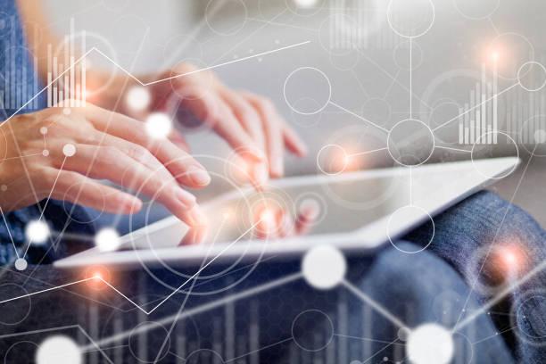 Geschäftsfrau mit großen virtuellen Datenschnittstelle – Foto