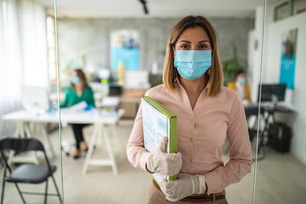 Geschäftsfrau mit Gesichtsmaske in Bankfiliale – Foto