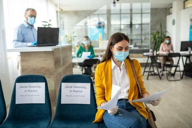 Geschäftsfrau mit Gesichtsschutzmaske im Wartezimmer der Bank – Foto