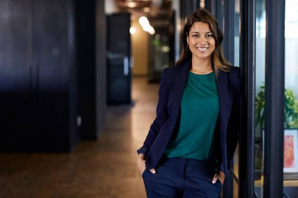 Geschäftsfrau mit Händen in den Taschen im Büro – Foto