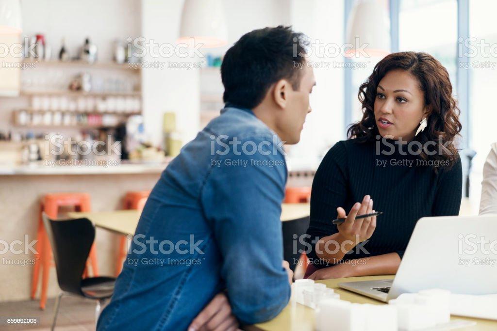 Geschäftsfrau mit männlichen Kollegen treffen – Foto