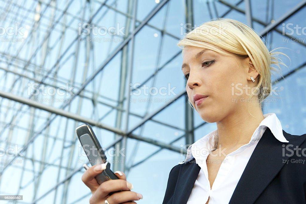 Donna d'affari con il telefono cellulare foto stock royalty-free