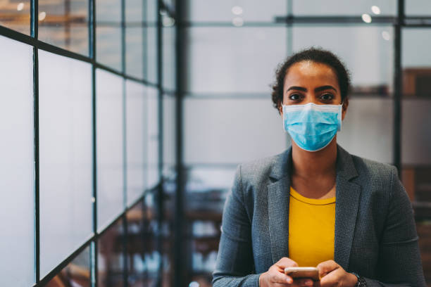 Businesswoman with protective face mask during COVID-19 pandemic - foto stock