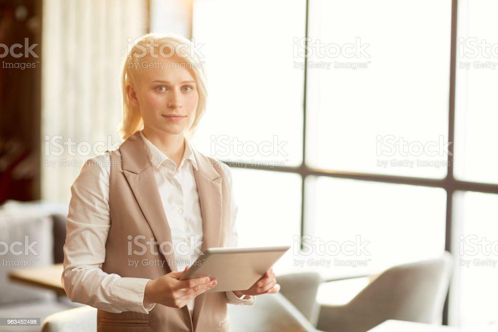 Femme d'affaires avec une tablette - Photo de A la mode libre de droits