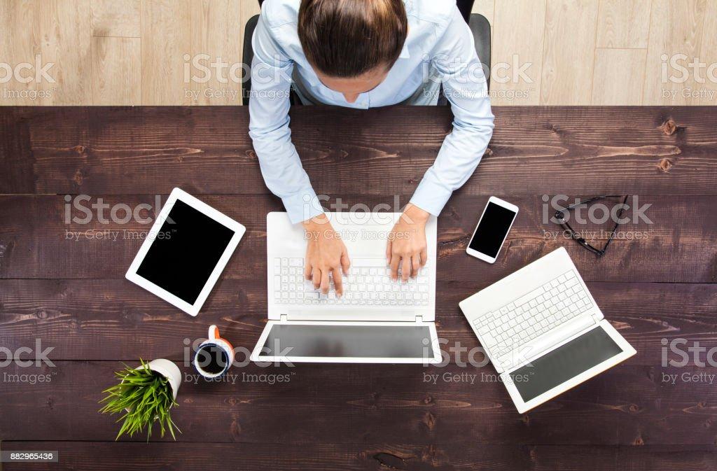 Geschäftsfrau Arbeiten am Laptop – Foto