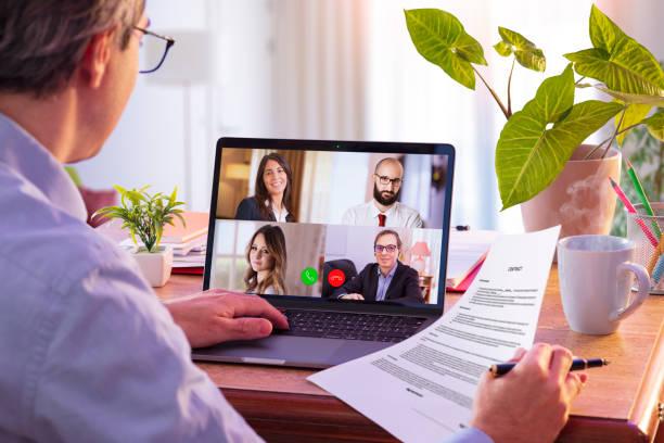 Geschäftsfrau arbeiten in Konferenz mit Blatt auf Laptop – Foto