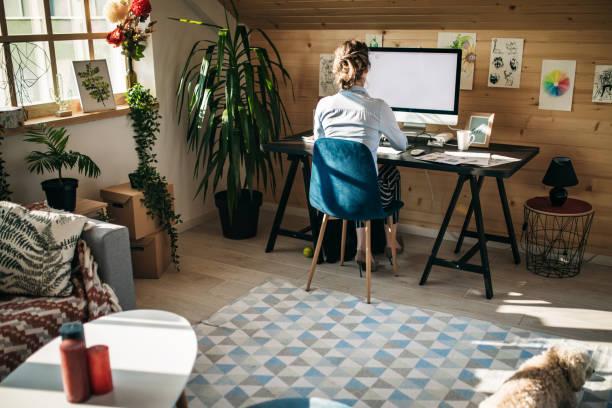 empresaria que trabaja en creative office - trabajo freelance fotografías e imágenes de stock