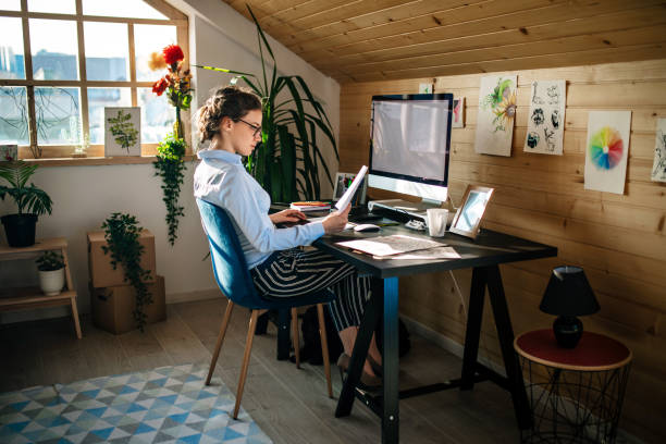 Geschäftsfrau arbeitet im Kreativbüro – Foto