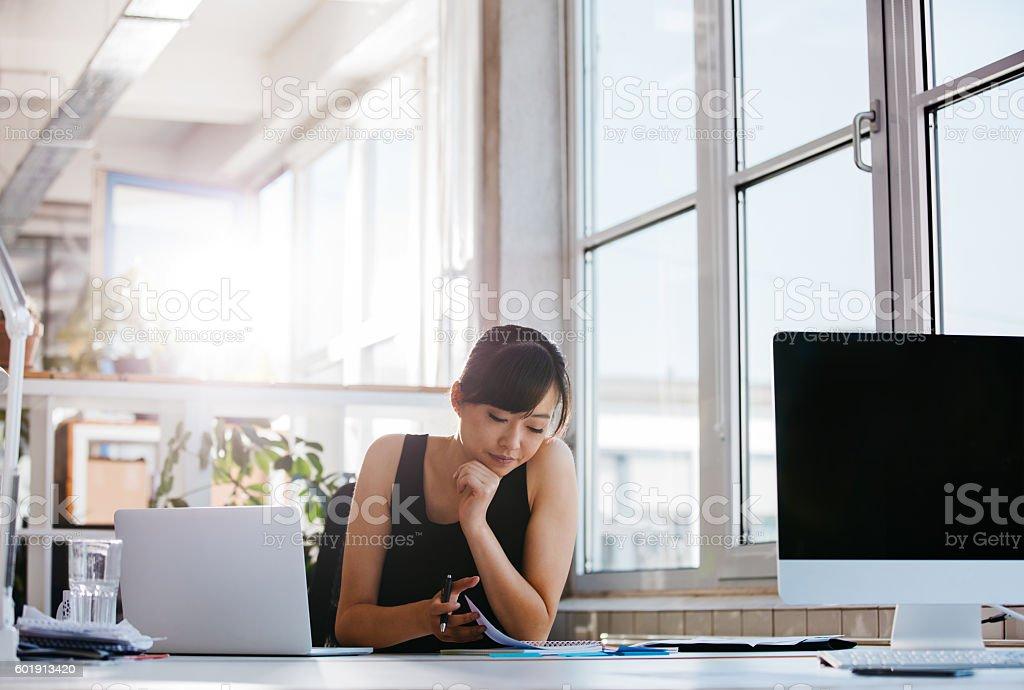Businesswoman working in modern office圖像檔