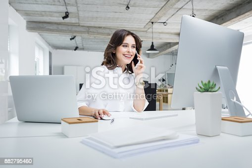istock Businesswoman working in modern workplace 882795460
