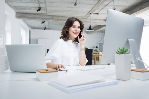 zakenvrouw werken in moderne werkplek - business woman phone stockfoto's en -beelden