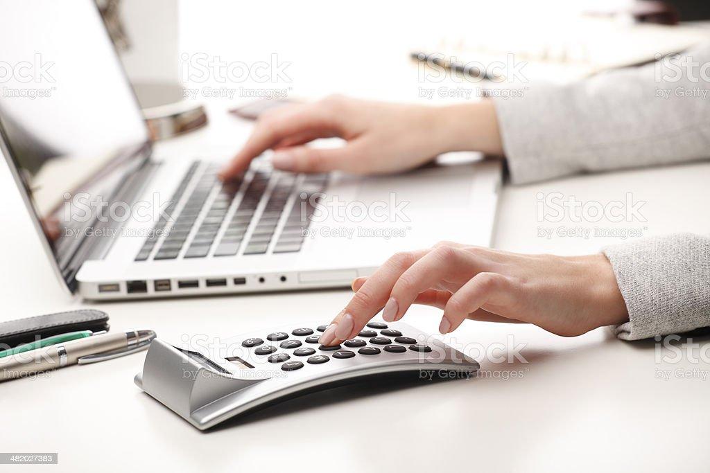 Деловая женщина работает на ноутбуке и вычислять данных стоковое фото