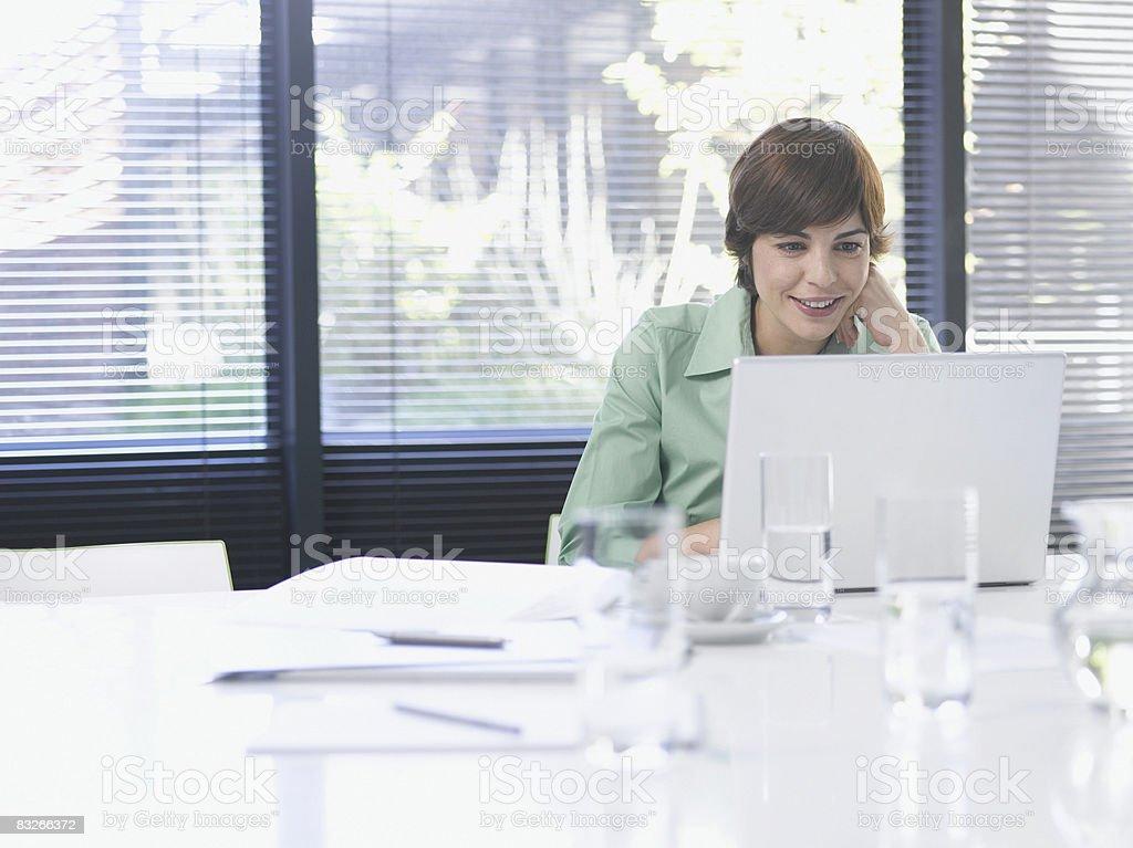 Femme d'affaires travaillant sur ordinateur portable dans la salle de conférence photo libre de droits