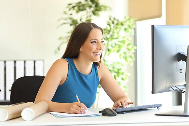 businesswoman working online and taking notes - nachrichten video stock-fotos und bilder