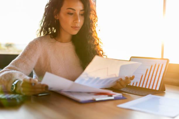 businesswoman working - ispezione contabile foto e immagini stock