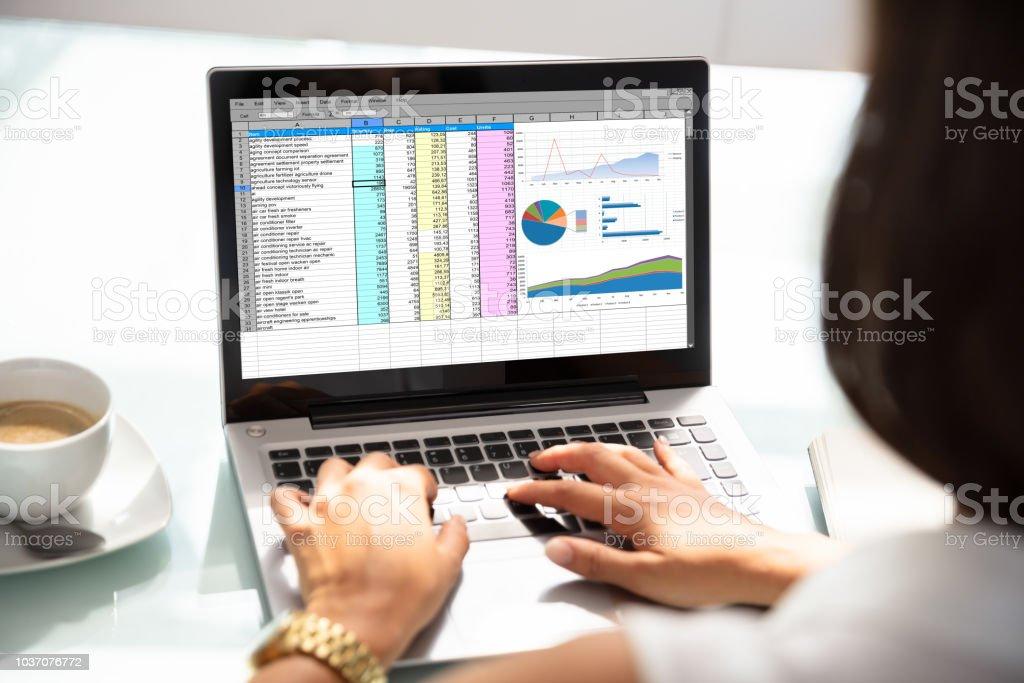 Geschäftsfrau, die Arbeit mit Tabellenkalkulation auf Laptop – Foto