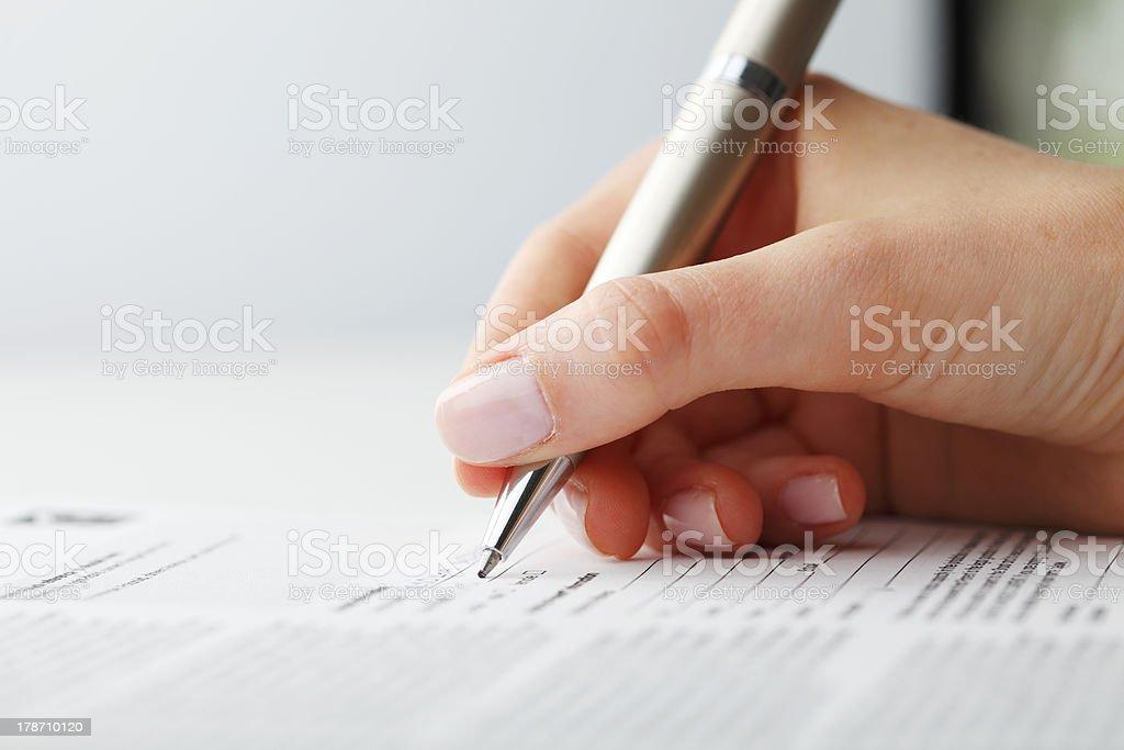 Деловая женщина написание на форму стоковое фото