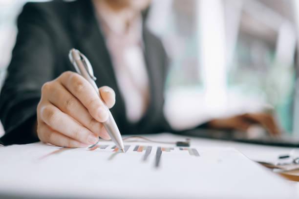 Geschäftsfrauen analysieren Anlagediagramm und diskutieren Plan im Besprechungsraum, Anlagekonzept – Foto