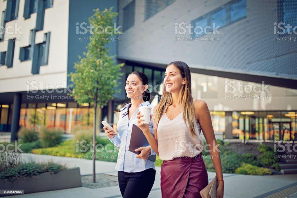 Unternehmerinnen sind Fuß außerhalb vom Büro - Lizenzfrei Am Telefon Stock-Foto