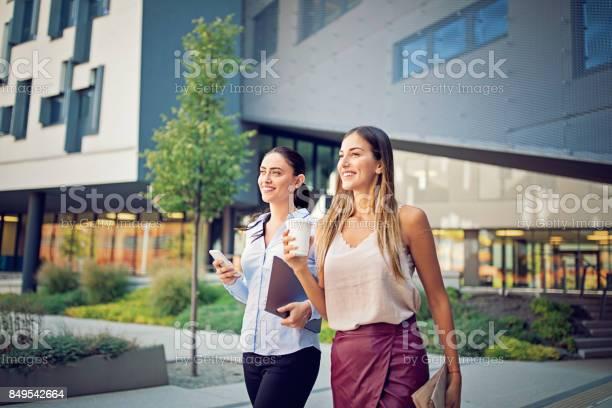 Unternehmerinnen Sind Fuß Außerhalb Vom Büro Stockfoto und mehr Bilder von Im Freien