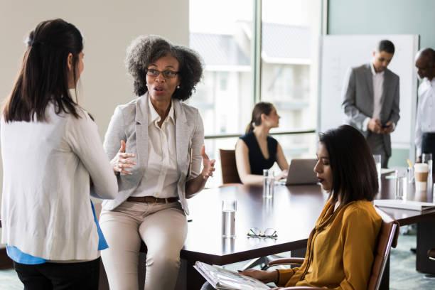 affärskvinnor brainstorma idéer tillsammans - styrelse bildbanksfoton och bilder