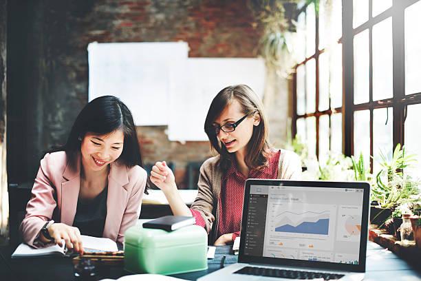 ビジネスウーマン 企業のマーケティング動作概念 - 金融と経済 ストックフォトと画像