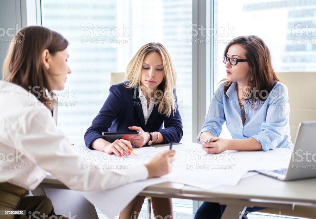 Femmes d'affaires de discuter le projet dans un bureau photo libre de droits