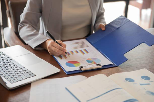 imprenditrici finanziarie - libro mastro foto e immagini stock