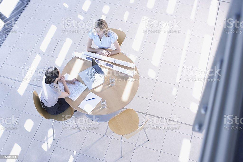Femmes d'affaires ayant réunion dans le hall photo libre de droits