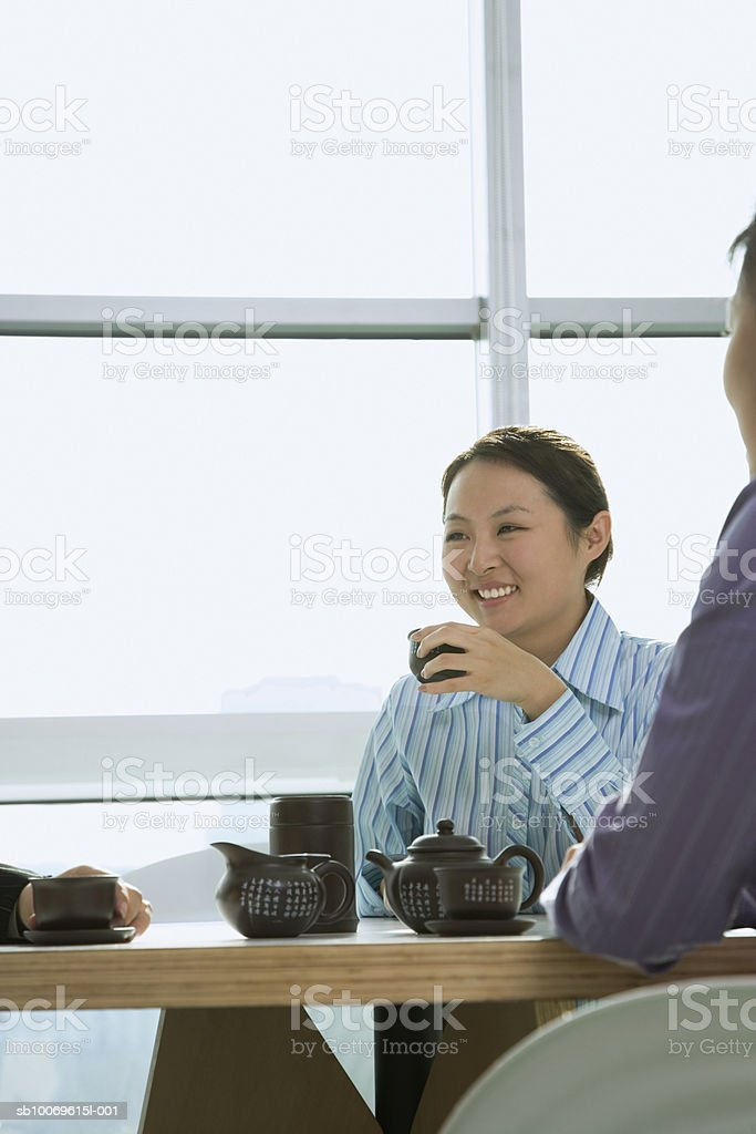 Businesswomen having tea, smiling foto stock royalty-free