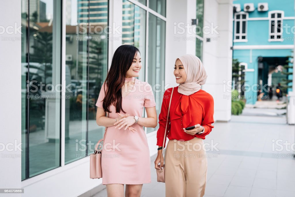 Businesswomen in capital city talking and discussing - Royalty-free 20-29 Years Stock Photo