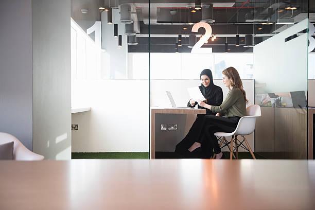 businesswomen in middle east office workplace - emirati woman 個照片及圖片檔