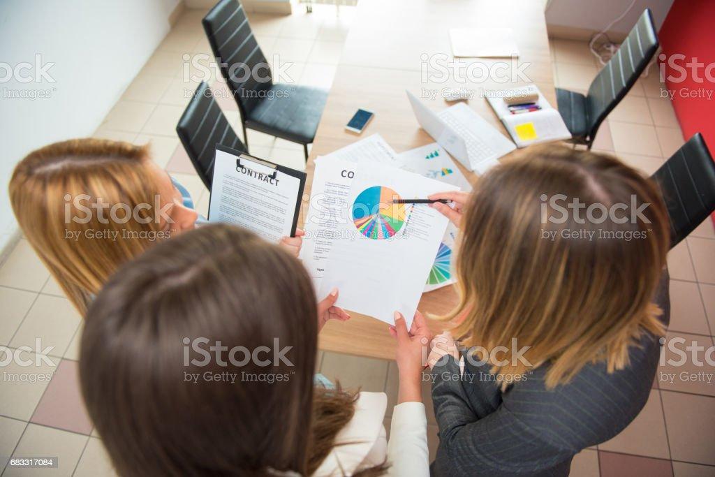 Femmes d'affaires au bureau en regardant rapport, Statistique photo libre de droits