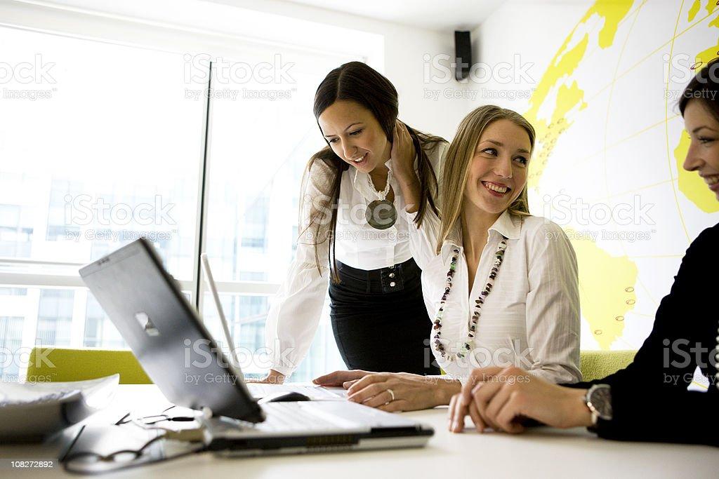 Mujeres de negocio en oficina - foto de stock