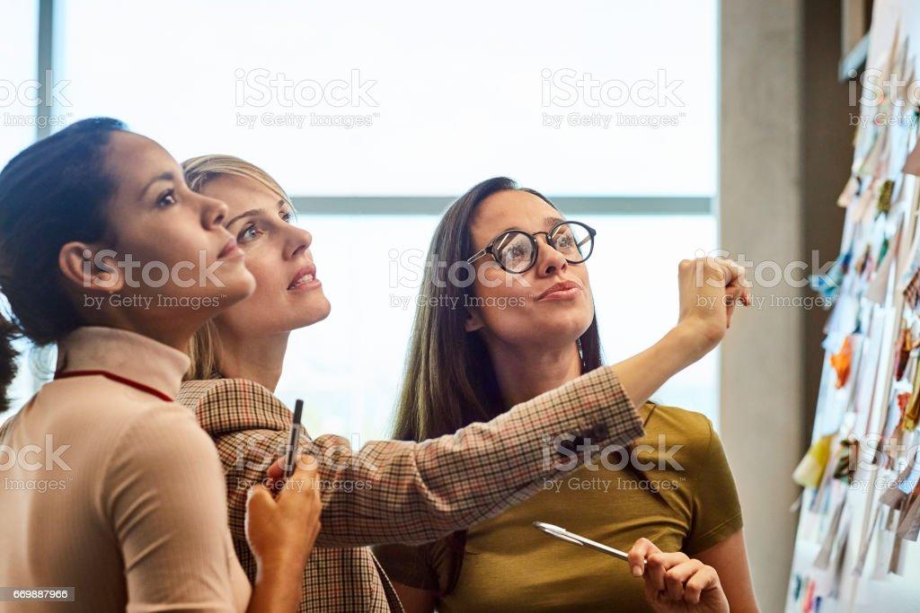 Geschäftsfrauen betrachten Stoffmuster an Bord – Foto