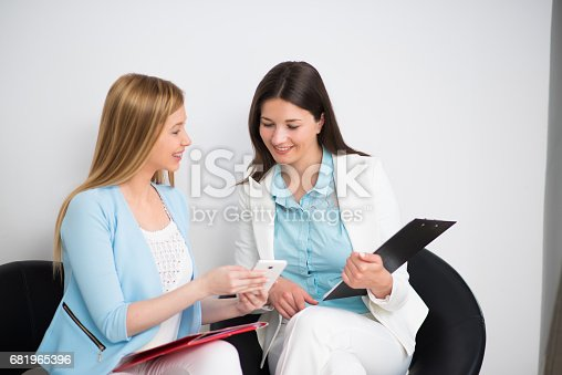 995734014istockphoto Businesswomen on a coffee break 681965396
