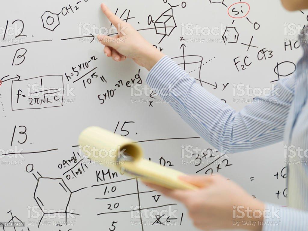 Mujeres de negocio señalado pizarra escrito. foto de stock libre de derechos