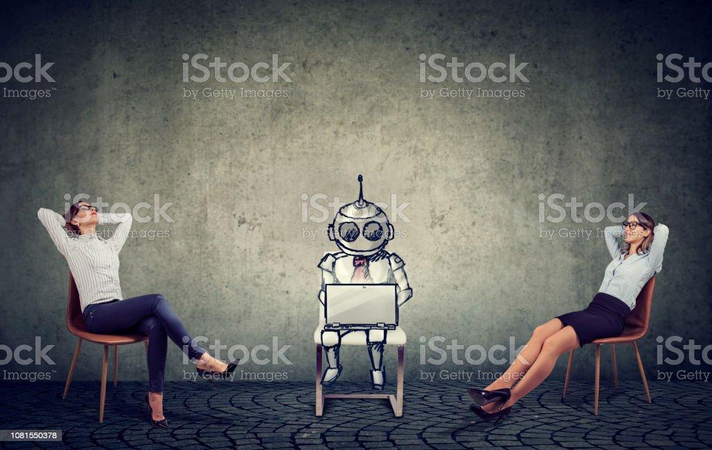 mujeres empresarias relajante disfrutar ayuda de inteligencia artificial en la gestión de la empresa - Foto de stock de Adulto libre de derechos