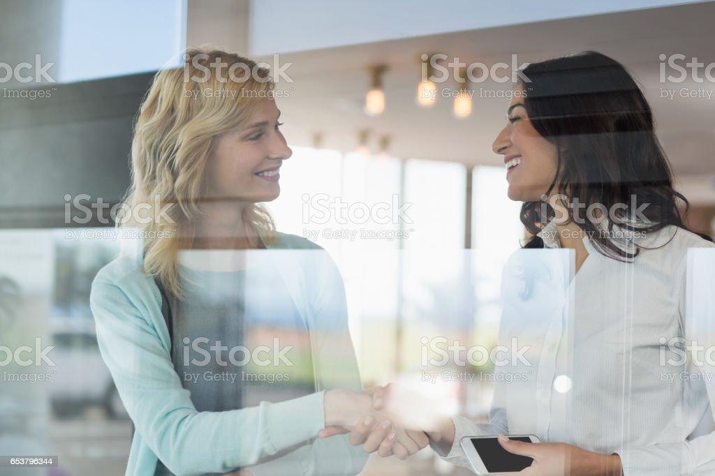 Femmes d'affaires se serrant la main dans le bureau - Photo