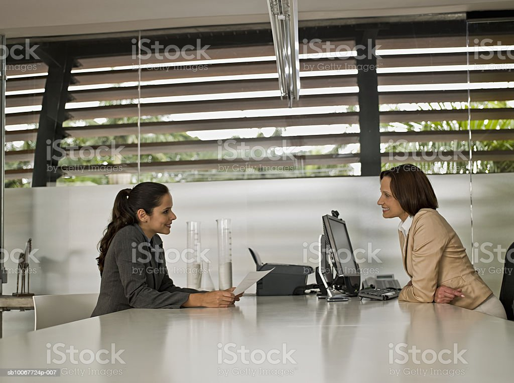 Businesswomen sitting in office foto de stock libre de derechos