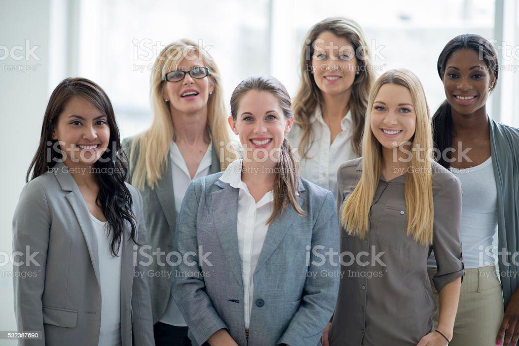 Mujeres de negocio juntos de pie - foto de stock