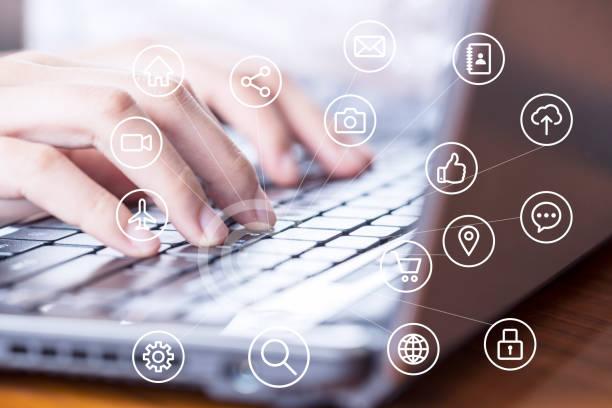 vrouwelijke ondernemers gebruiken laptops in het kantoor - gemak stockfoto's en -beelden
