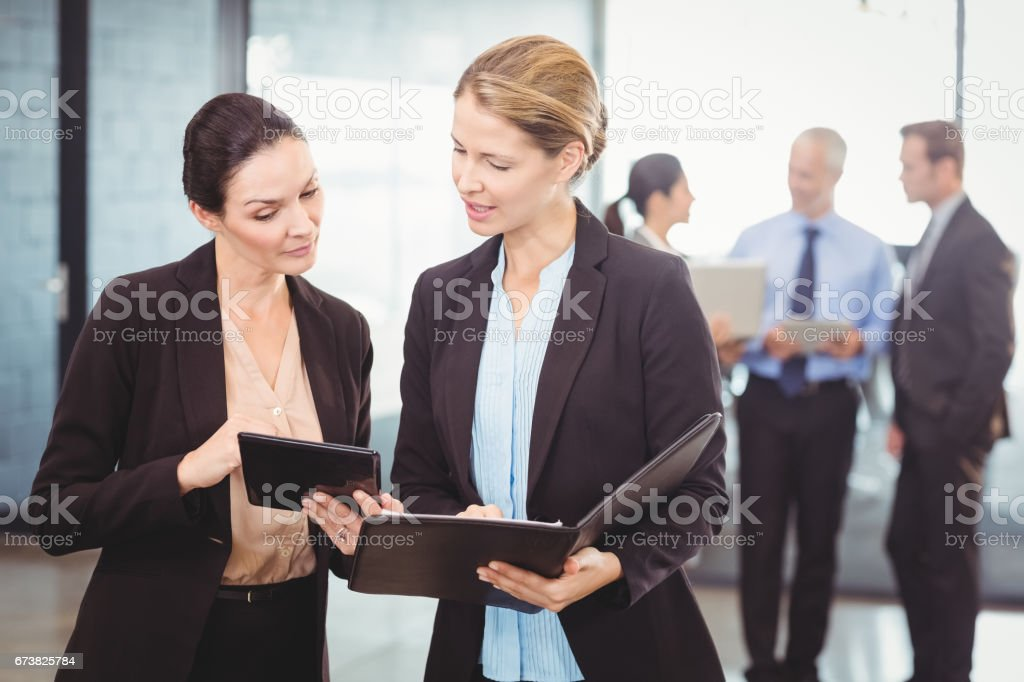 Femmes à l'aide de Tablette numérique photo libre de droits