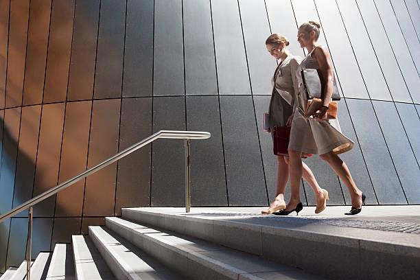 geschäftsfrauen fuß auf schritte im freien - treppe außen stock-fotos und bilder