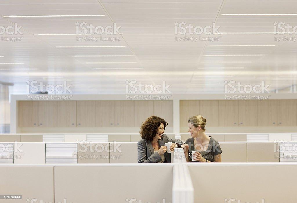 Femmes d'affaires avec café gossiping cabine de bureau - Photo