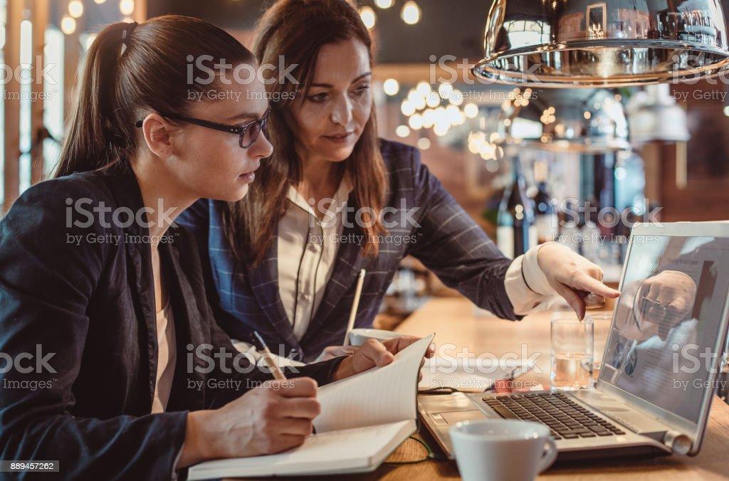 Geschäftsfrauen, die Arbeit in der Cafeteria – Foto