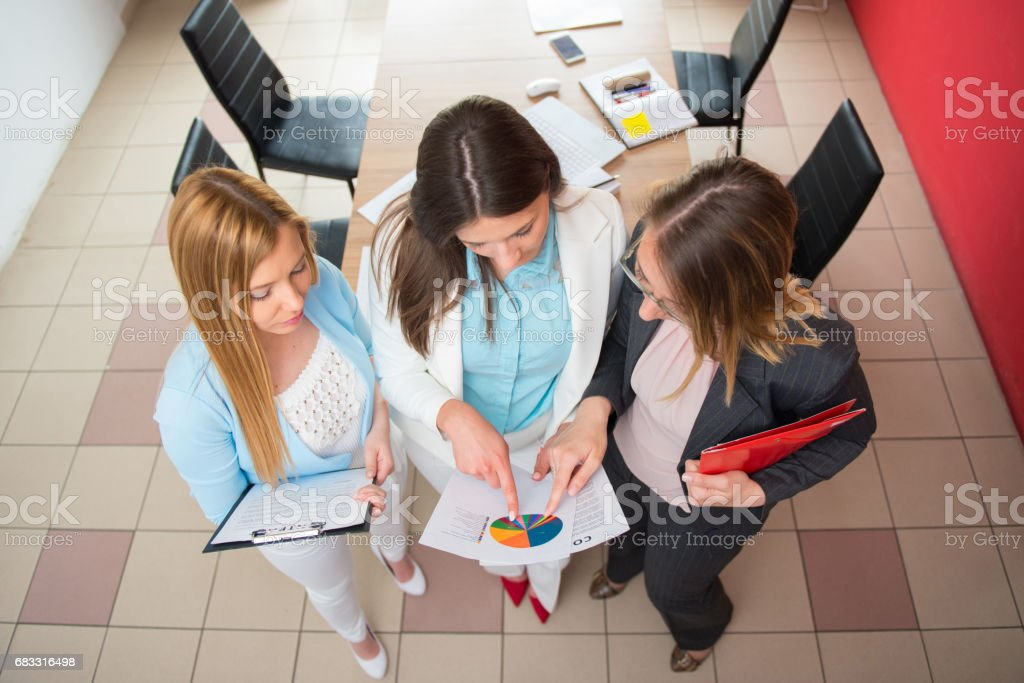 Businesswomen working together in office foto stock royalty-free