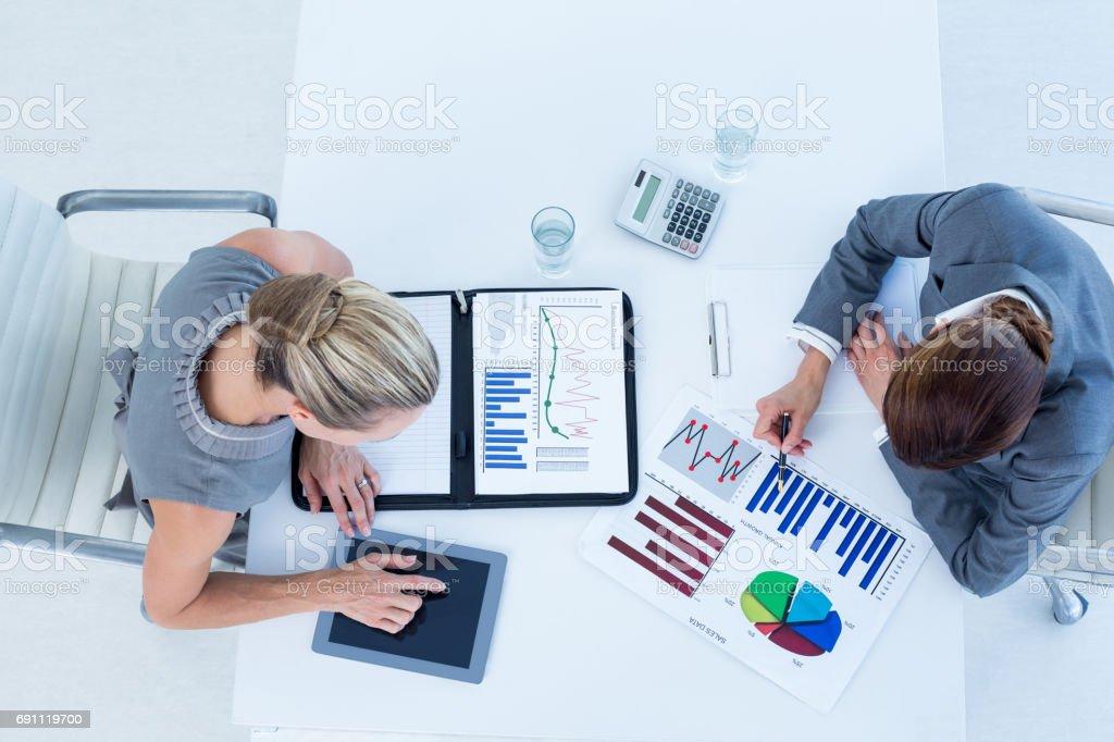 Businesswomen trabalhando juntos - foto de acervo