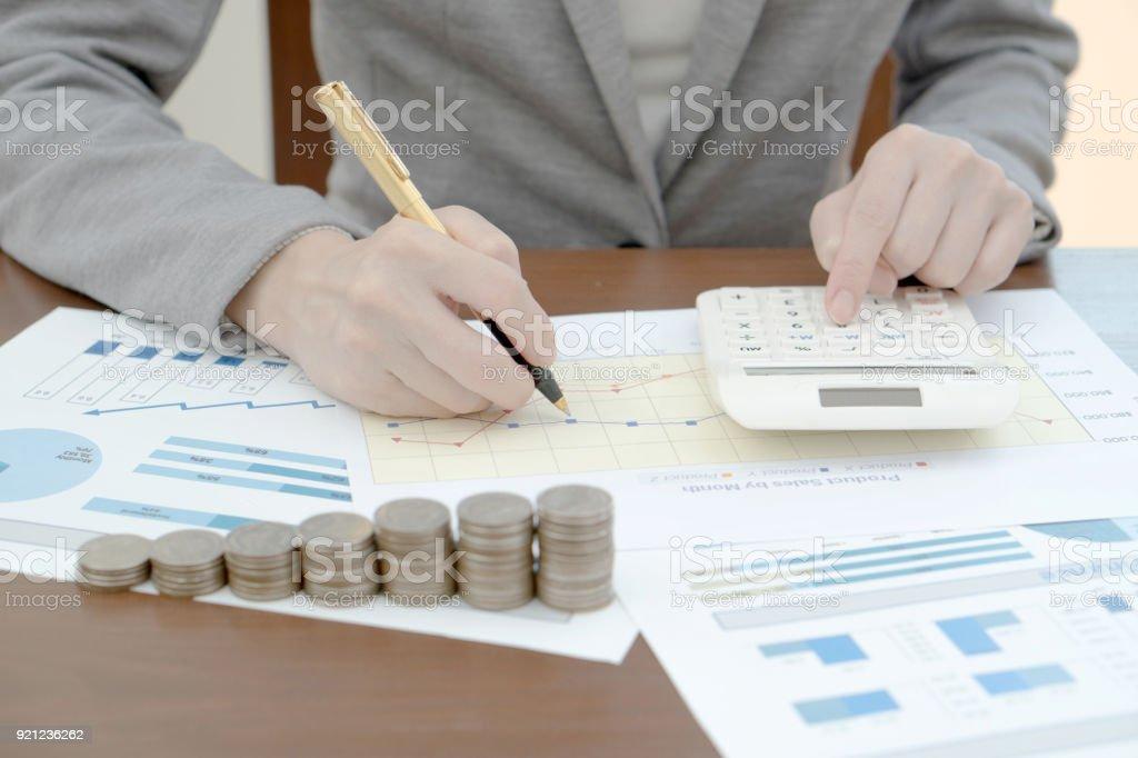 Businesswonan-Diagramm mit Büroklammern, Münzen – Foto