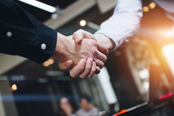 Bussines Partner Händeschütteln auf modernen Freifläche auf dem Hintergrund der coworking Team auf neue Startprojekt – Foto